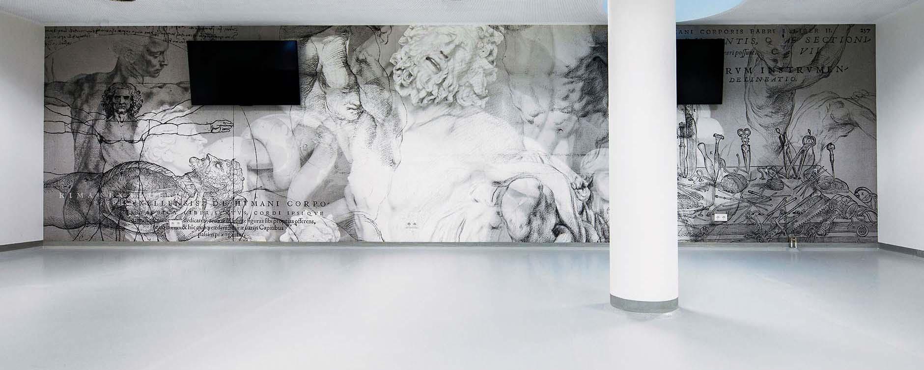 Sezierraum der Universität, mit individuell entworfener Tapete mit Motiven von den Anfängen des Sezierens.