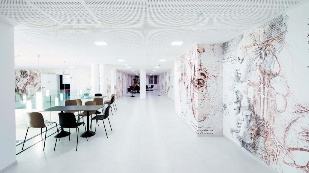 Flur der Galerie mit außergewöhnlichen Wandgestaltungen