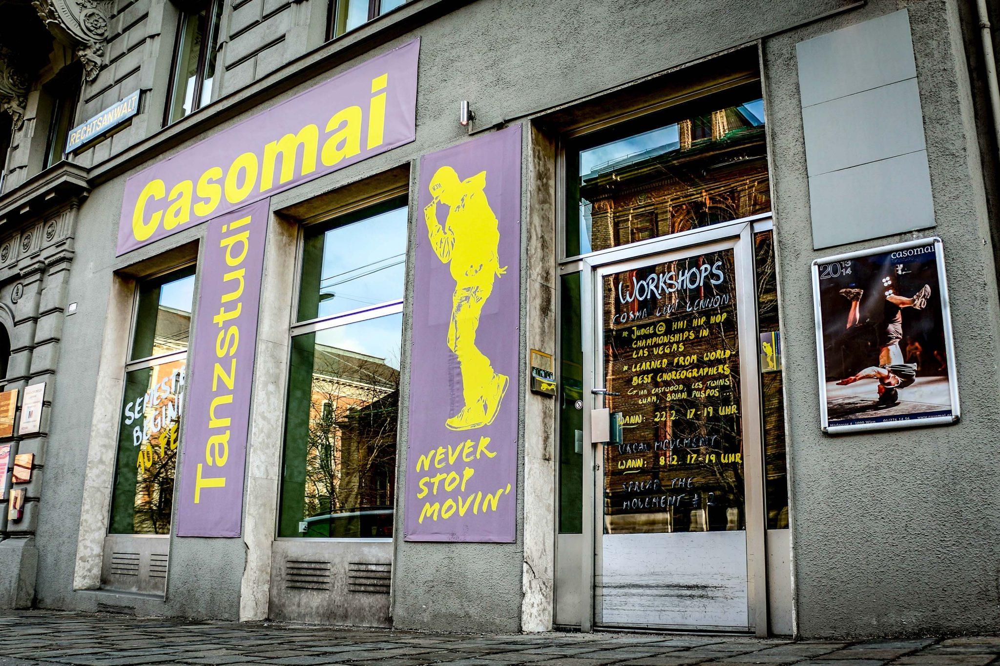 Fassade des Tanzstudios mit Logo und beschrifteter Tür aus Glas.