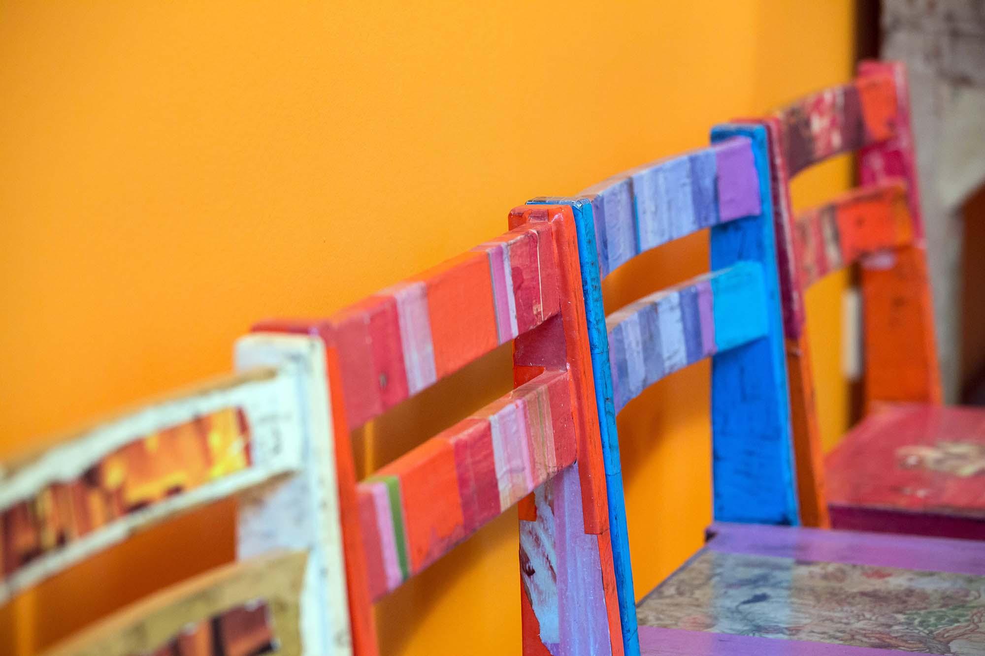Individuell designte Stühle in bunten Farben.
