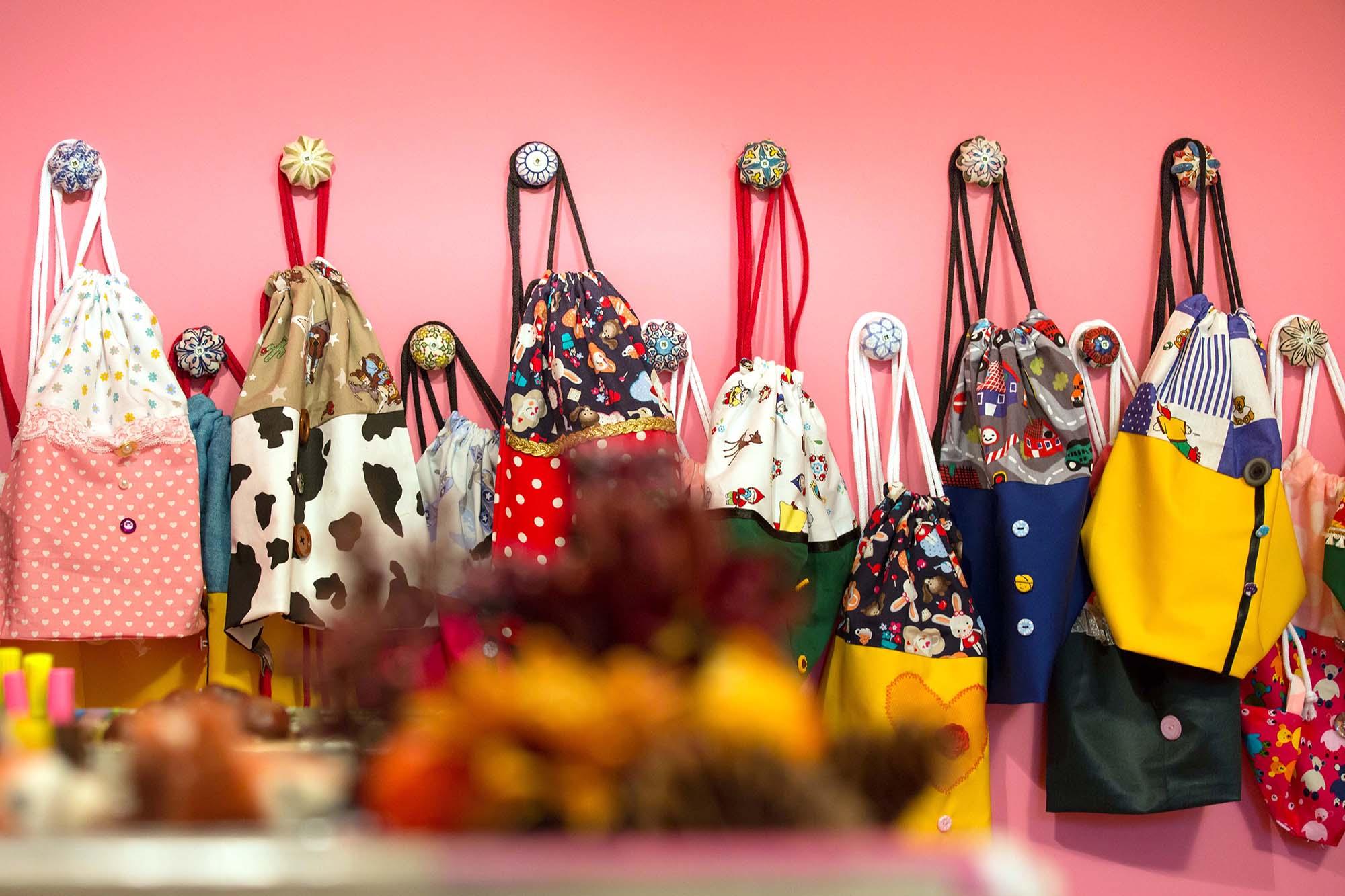 Runde, individuelle Garderobenhaken, alle in unterschiedlichen Farben.